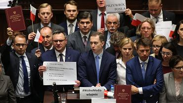 16 grudnia 2016 r. Po wykluczeniu z obrad posła Michała Szczerby opozycja blokuje mównicę sejmową