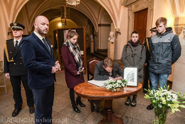 Do księgi kondolencyjnej wyłożonej w Starym Ratuszu mogą wpisywać się wszyscy mieszkańcy Wrocławia. Na zdjęciu przedstawiciele Młodzieżowej Rady Miasta Wrocławia