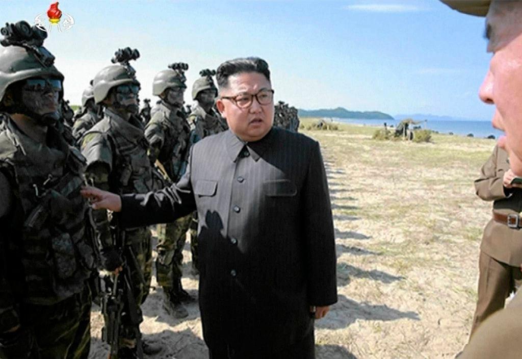 Kim, Dzong Un na inspekcji w bazie wojskowej - zdjęcia z soboty