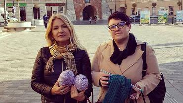 Anna Augustyniak i Iwona Trofimenko robią na drutach i pomagają potrzebującym