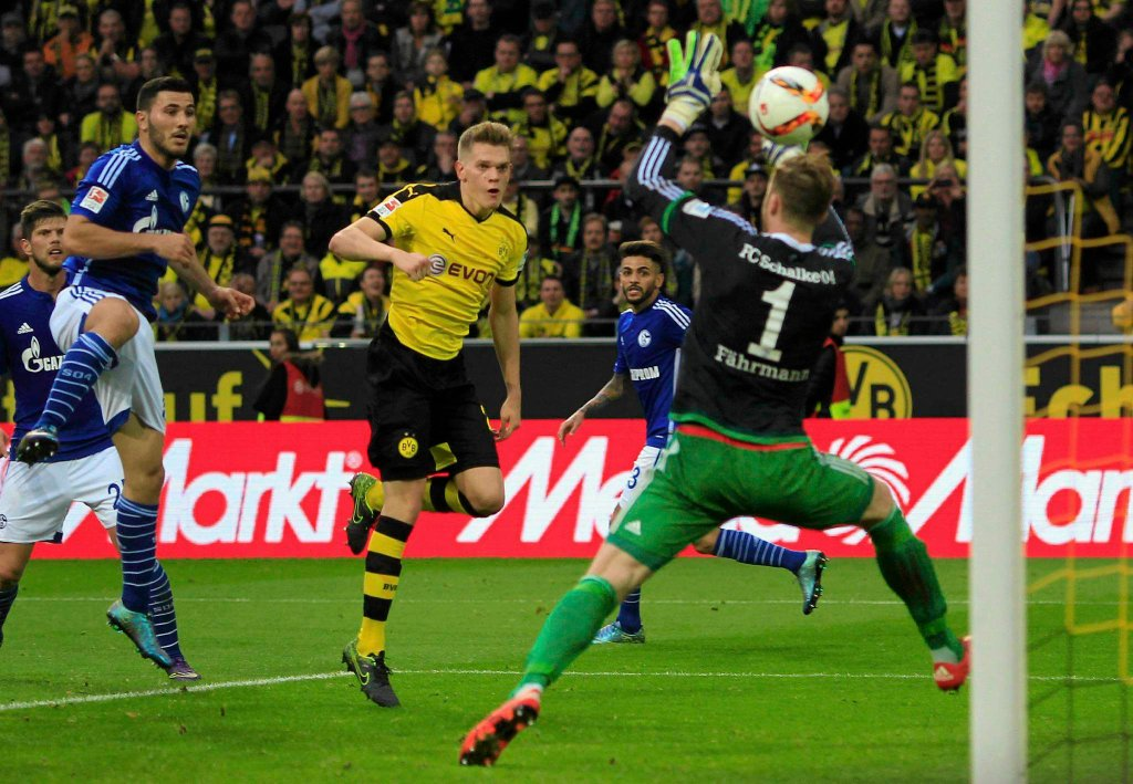 Borussia Dortmund - Schalke 04 Gelsenkirchen 3:2. Matthias Ginter strzela gola