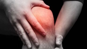 Niezależnie od rodzaju skręcenia w chwili urazu kolano przeszywa bardzo silny, postępujący  ból