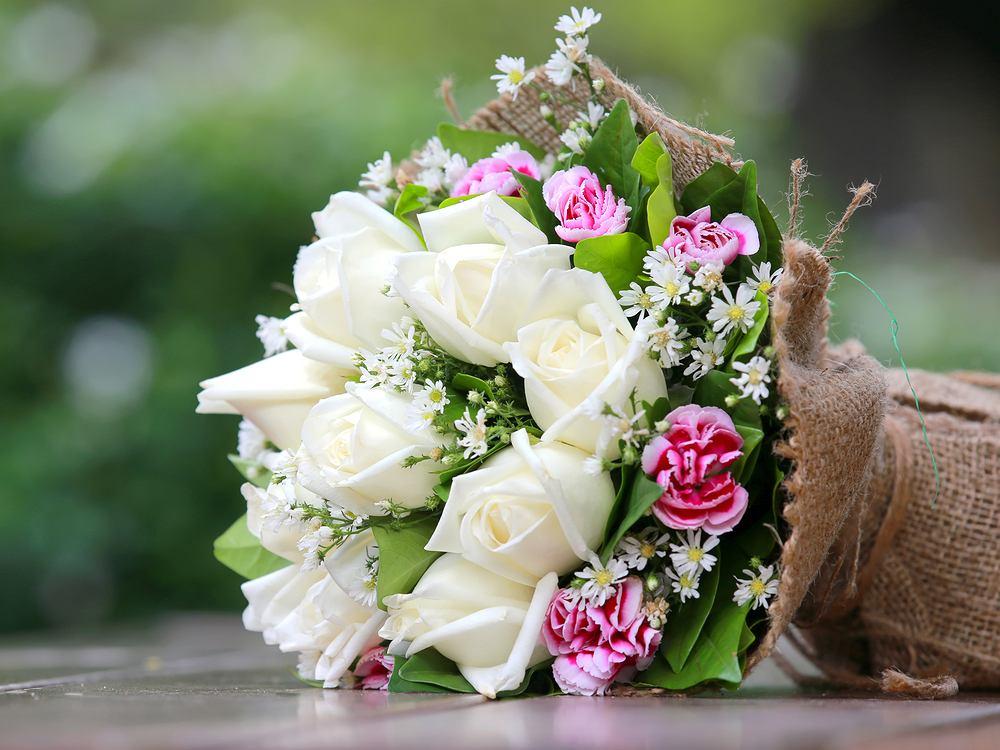 Kwiaty na imieniny w jasnych kolorach. Zdjęcie ilustracyjne