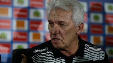 Henryk Kasperczak był niedawno bohaterem zamieszania w Tunezji. Najpierw tunezyjskie media poinformowały, że trener został zwolniony z prowadzenia piłkarskiej reprezentacji Tunezji, ale sam szkoleniowiec temu zaprzeczył. Później jednak federacja potwierdziła te doniesienia. Polski trener pracował na tym stanowisku od lipca 2015 roku. Wcześniej Kasperczak pracował również jako selekcjoner reprezentacji Mali, ale z tą drużyną również nie awansował do fazy pucharowej. Brakło niewiele, bo wyniku ułożyły się w ten sposób, że o awansie do ćwierćfinału zadecydowało losowanie.