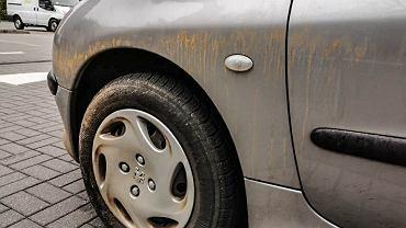 Wrócił postrach lakieru, pomarańczowy pył. Jak się go pozbyć, żeby nie porysować auta?