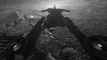 Cień łazika Opportunity na tle marsjańskiego krajobrazu