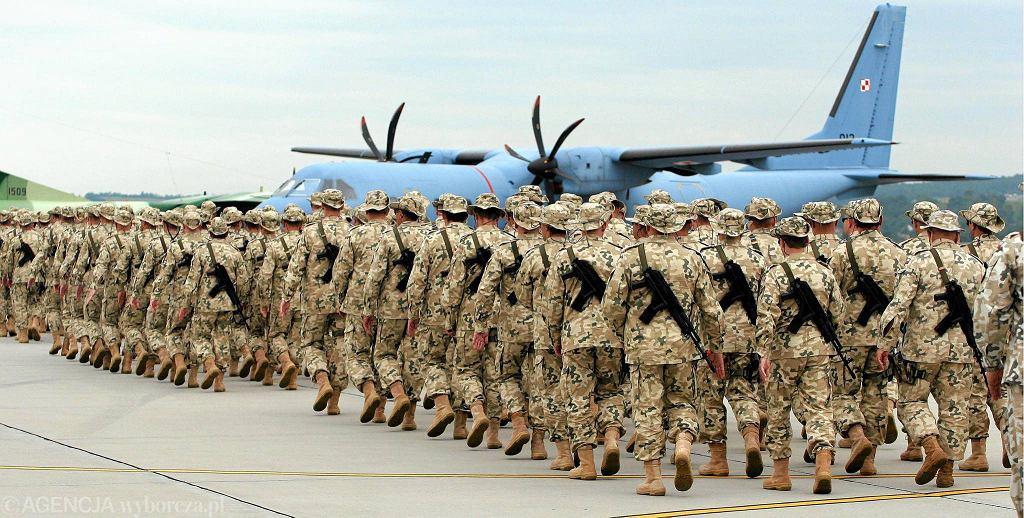 Polski kontyngent wojskowy brał udział w wojnie, a potem w działaniach stabilizacyjnych w Iraku w latach 2005-11. Na zdjęciu: wylot żołnierzy do Iraku, Kraków-Balice, 7 lipca 2007 r.