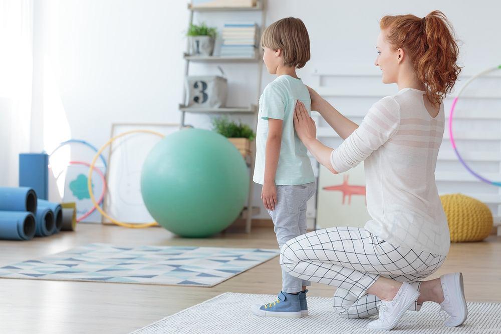 Lordoza to wada postawy, która objawia się nadmiernym wygięciem kręgosłupa do przodu w dole pleców. Można ją korygować ćwiczeniami, np. na piłce, które wzmocnią mięśnie tułowia