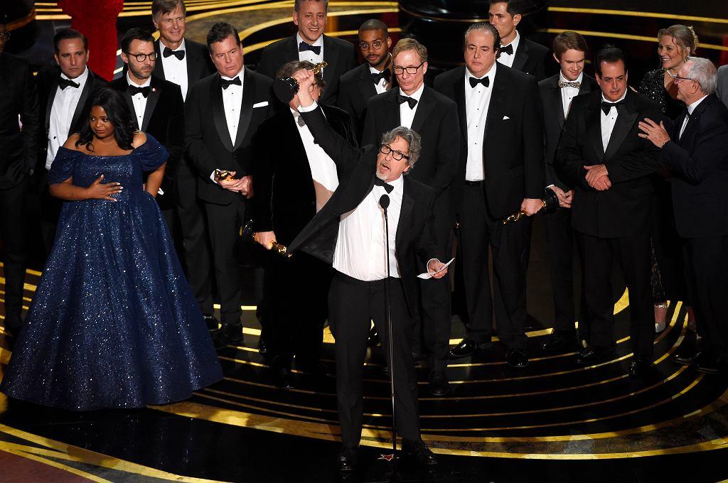 Oscary 2019. Najlepszym filmem roku jest 'Green Book'! Na zdjęciu Peter Farrelly i ekipa odbierają statuetki
