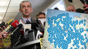 Przewodniczący ZNP Sławomir Broniarz z planszą, na której zaznaczono placówki chcące przystąpić do strajku