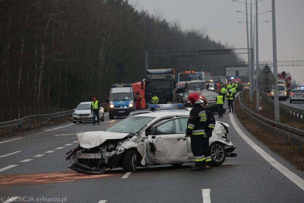 Wiśniówka koło Kielc, 22 stycznia 2020 roku. Karambol na drodze ekspresowej S7, w którym uczestniczyło kilkanaście aut