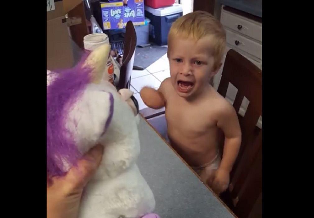 Pierwsza reakcja dziecka na nową zabawkę