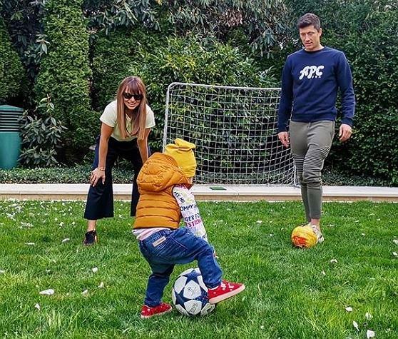 Anna Lewandowska gra w piłkę z Robertem i Klarą