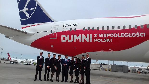 Prezes LOT-u Rafał Milczarski i załoga dostawczego rejsu biało-czerwonego dreamlinera w centrum dostaw Boeinga w Everett