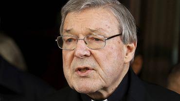 Kardynał George Pell rozmawia z dziennikarzami po przesłuchaniu w hotelu Quirinale w Rzymie w związku aferą pedofilską w Australii