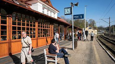W Wiśle otwarto w czwartek odnowiony budynek dworca kolejowego. Piękny zabytek znowu służy turystom. </p> Budynek dworca PKP Wisła Uzdrowisko istnieje od 1929 r. Przez dziesięciolecia służył podróżnym odwiedzającym ten znany beskidzki kurort. Jednak w ostatnich latach nie należał do wizytówek tej turystycznej miejscowości. Zamknięty na cztery spusty obiekt niszczał i odstraszał przyjezdnych. </p> Dlatego władze miasta postanowiły przejąć obiekt od PKP i wyremontować. Prace trwały około roku, a w czwartek odnowiony obiekt został otwarty. Zabytkowy budynek jest teraz prawdziwą ozdobą Wisły. Wykonawca odnowił dach, elewację i część wnętrz. W środku jest m.in. poczekalnia, toalety, informacja turystyczna i szafki dla podróżnych. Powstały tu także pomieszczenia mające służyć m.in. lokalnym organizacjom. Część obiektu ma zostać wydzierżawiona. </p> Wokół dworca powstało centrum przesiadkowe. Zbudowano tu chodniki, ścieżkę rowerową, przystanek busów, miejsca postojowe, postój taksówek, a także ustawiono stojaki rowerowe. Inwestycja pochłonęła około 5 mln zł. Podróżni czekają jeszcze na remont peronów.