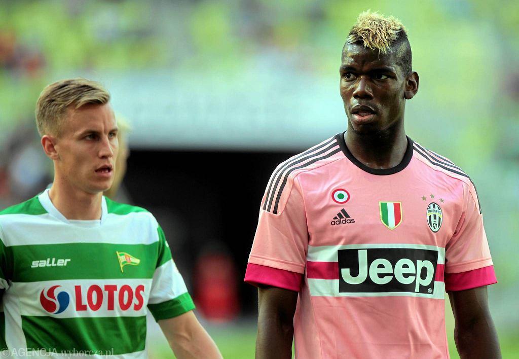 Lechia - Juventus 1:2. Z lewej Paweł Stolarski, obok Paul Pogba