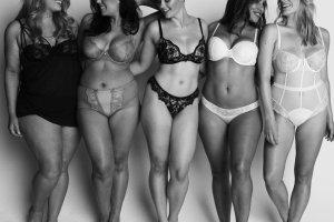 Te modelki rozbierają się nie bez powodu. Pokazują, że pewność siebie i akceptacja nie mają nic wspólnego z charakterem czy rozmiarem sukienki