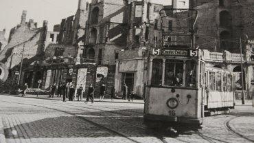 Szczecin tuż po wojnie. Na zdjęciu pl. Żołnierza. W miejscu zrujnowanych kamienic za tramwajem jest dziś jezdnia alei Wyzwolenia prowadząca w kierunku placu Rodła
