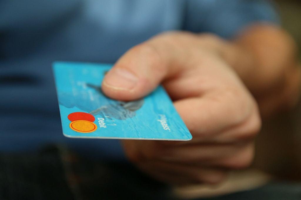 Jeśli pieniądze są wspólne, wspólne bywają też karty do bankomatów (fot. pixabay.com / istockphoto.com)