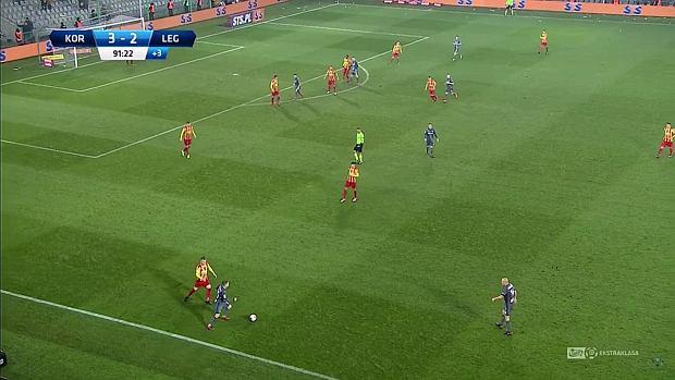 Korona kończy mecz praktycznie w ustawieniu 1-5-4-1, zamyka swoje pole karne i zmusza gości do wolniejszej gry pozycyjnej, kiedy muszą oni w końcówce gonić wynik.