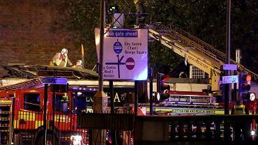Strażacy patrolują miejsce katastrofy, sprawdzając, czy nie ma już zagrożenia.