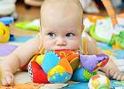 Czy w związku z koronawirusem dokładniej myć rzeczy, z których korzysta dziecko? Pytamy pediatrę