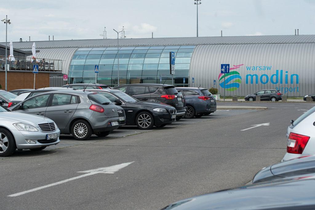 Incydent z udziałem policjantów na lotnisku w Modlinie. 'Zachowywali się, jakby byli na wieczorze kawalerskim'