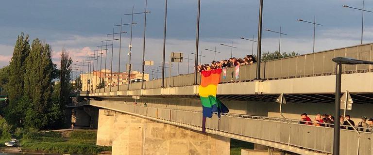 Warszawa: wywiesili tęczową flagę na moście. Zostali zaatakowani