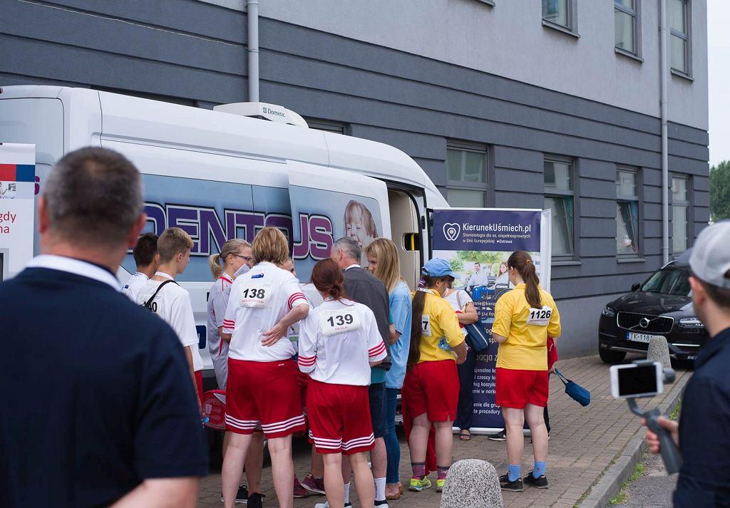 Przy okazji Olimpiad Specjalnych w ramach programu 'Kierunek - Uśmiech' udało się zorganizować dentobus, w którym przebadano 120 sportowców