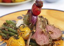 Comber jagnięcy z fasolką szparagową, pieczonymi pomidorkami i szaszłykami z fety, czerwonej cebuli i oliwek - ugotuj