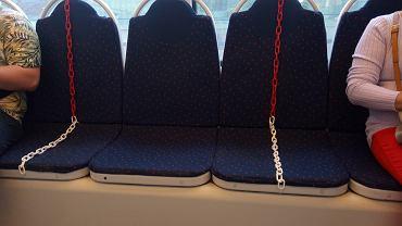 16.06.2020, Florencja, w tramwajach czerwono-białe łańcuszki na co drugim siedzeniu mają uniemożliwić pasażerom zajmowanie sąsiadujących miejsc celem zachowania dystansu społecznego.