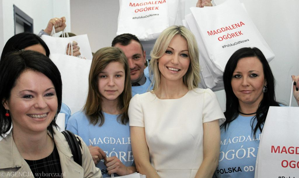 Magdalena Ogórek podczas składania podpisów w siedzibie PKW