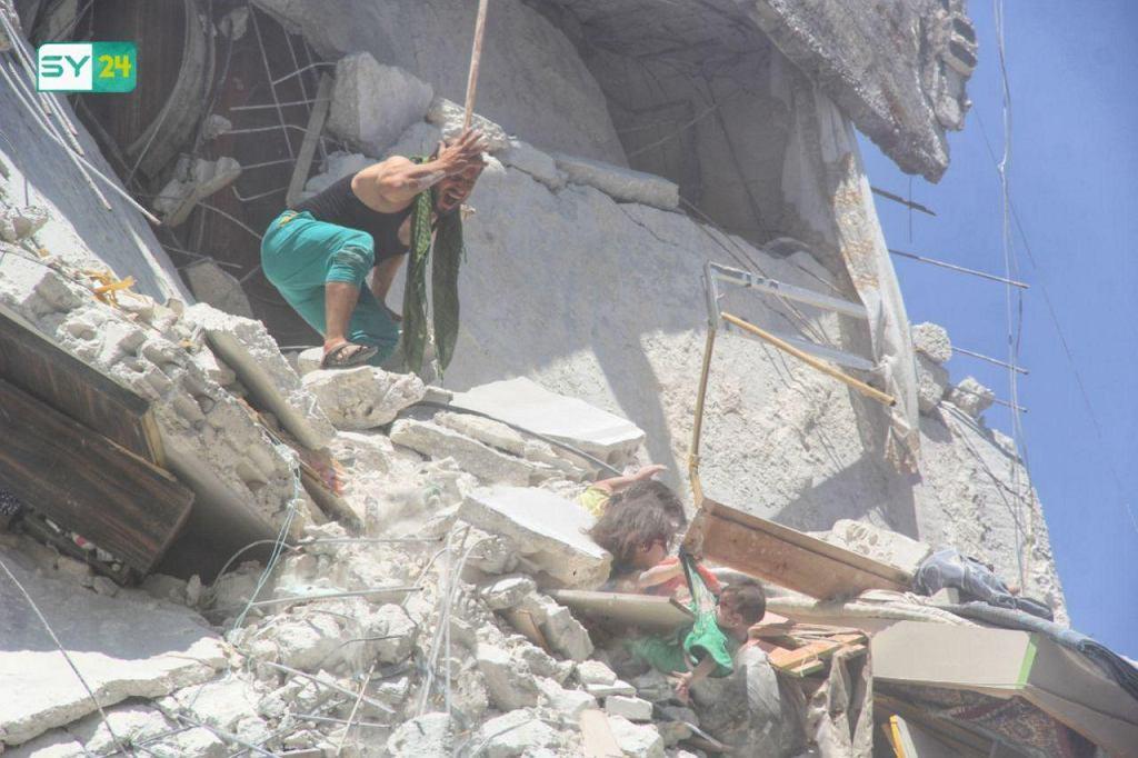 3ff7f22fb56ef8 To zdjęcie z Syrii obiegło cały świat. 5-latka ratowała w ruinach ...