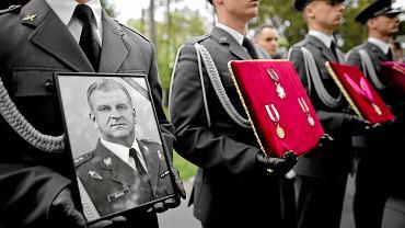 28 kwietnia 2010 r., pogrzeb gen. Andrzeja Błasika na Cmentarzu Wojskowym na Powązkach. Wdowa po generale od lat powtarza, że jest on fałszywie oskarżany o to, że był w kokpicie prezydenckiego samolotu