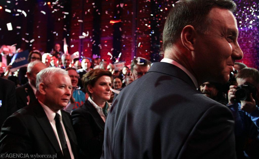 Kandydat Andrzej Duda i jego partyjny zwierzchnik, prezes PiS Jarosław Kaczyński (z tyłu Beata Szydło) podczas konwencji wyborczej. Warszawa, 7 lutego 2015