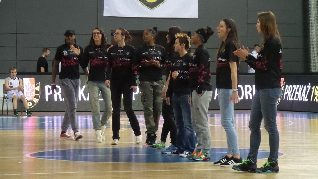 Koszykarki Artego odbierają gratulacje w przerwie meczu Astorii z SKK