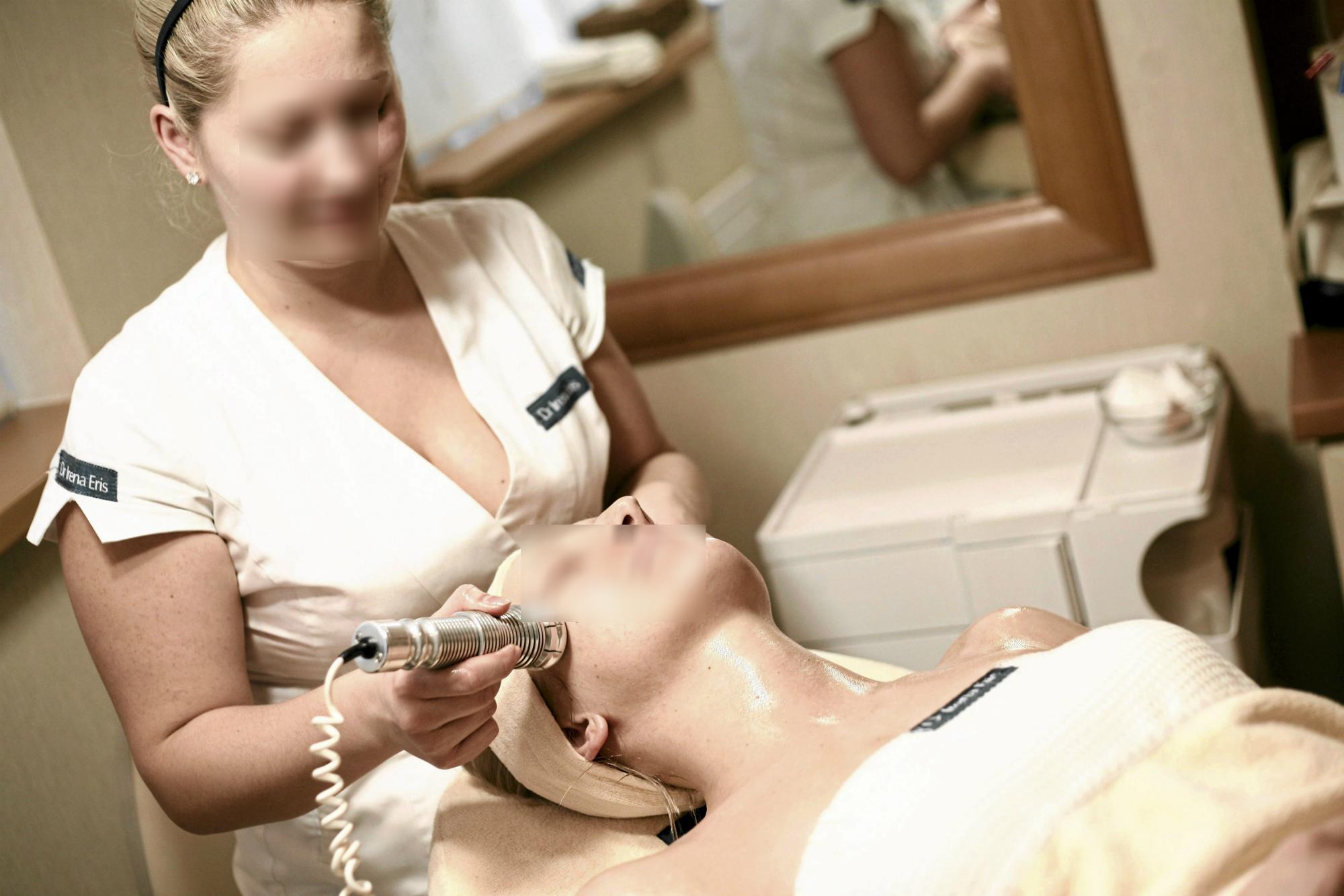 Zabieg pielęgnacyjny na twarz (fot: Krzysztof Koch/ Agencja Gazeta)