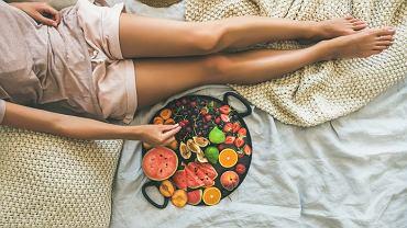 Dieta podczas miesiączki. Co jeść, a czego unikać w trakcie okresu?