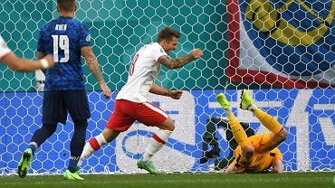 Karol Linetty strzela gola podczas meczu Polska - Słowacja na Euro 2020. St. Petersburg, 14 czerwca 2021