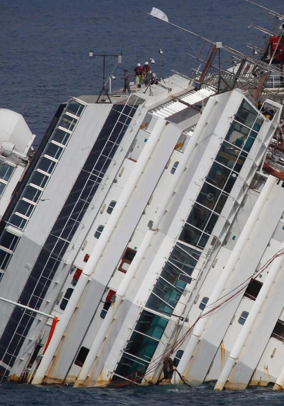 Rozpoczęła się operacja podniesienia wraku Costy Concordii, statku, który w styczniu 2012 r. uderzył w skały u wybrzeży włoskiej wyspy Giglio. Zginęły wtedy 32 osoby, a ponad 60 zostało rannych. W operacji podnoszenia statku, który jest dwukrotnie cięższy od Titanica, bierze udział 500 ekspertów z wielu krajów. Do tej pory projekt podniesienia wraku kosztował już 800 mln dolarów. Na zdjęciu: trwa badanie wraku przed operacją podniesienia