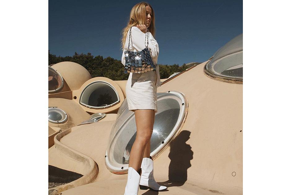 Jessica Mercedes z futurystyczną torebką marki Paco Rabanne