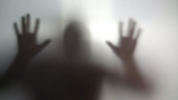 Chorzy na schizofrenię pozostają za szybą (fot. Shutterstock)