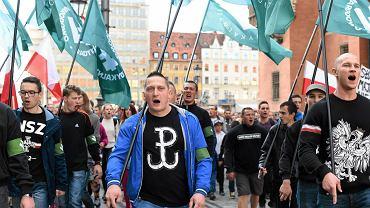 Marsz ONR 'W obronie chrześcijańskiej Europy'. Wrocław, 27 września 2015 r. Obóz Narodowo-Radykalny nawiązuje do faszyzującego ruchu z dwudziestolecia międzywojennego o tej samej nazwie. Legalnie działa od 2003 r.