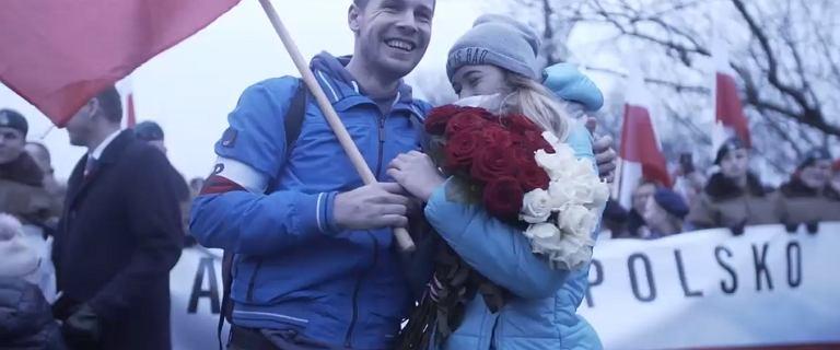 Podczas marszu oświadczył się dziewczynie, z gratulacjami ruszył premier. ''Wyjątkowy dzień dla młodego patrioty''