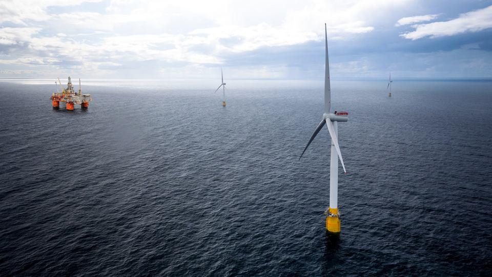 Turbiny wiatrowe Hywind i platforma wiertnicza Snorre.