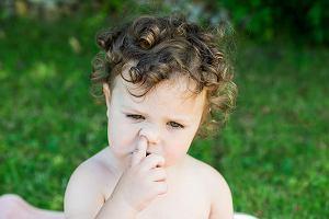 Dziecko obgryza paznokcie, dłubie w nosie? To nic strasznego. Jednak dla jego dobra warto reagować