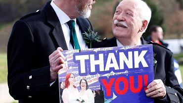 Larry Lamont i Jerry Slater, którzy wzięli udział w symbolicznych zaślubinach par tej samej płci we wtorek 4 lutego przed budynkiem Parlamentu w Edynburgu Scotland