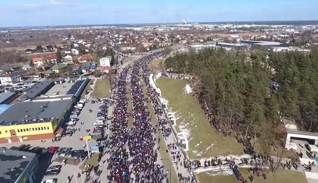 W mediach społecznościowych zamieszczono nagrania z drona z protestu w Mielcu