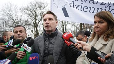 Tomasz Lis podczas protestu dziennikarzy pod sejmem, 15 grudnia 2016 r.